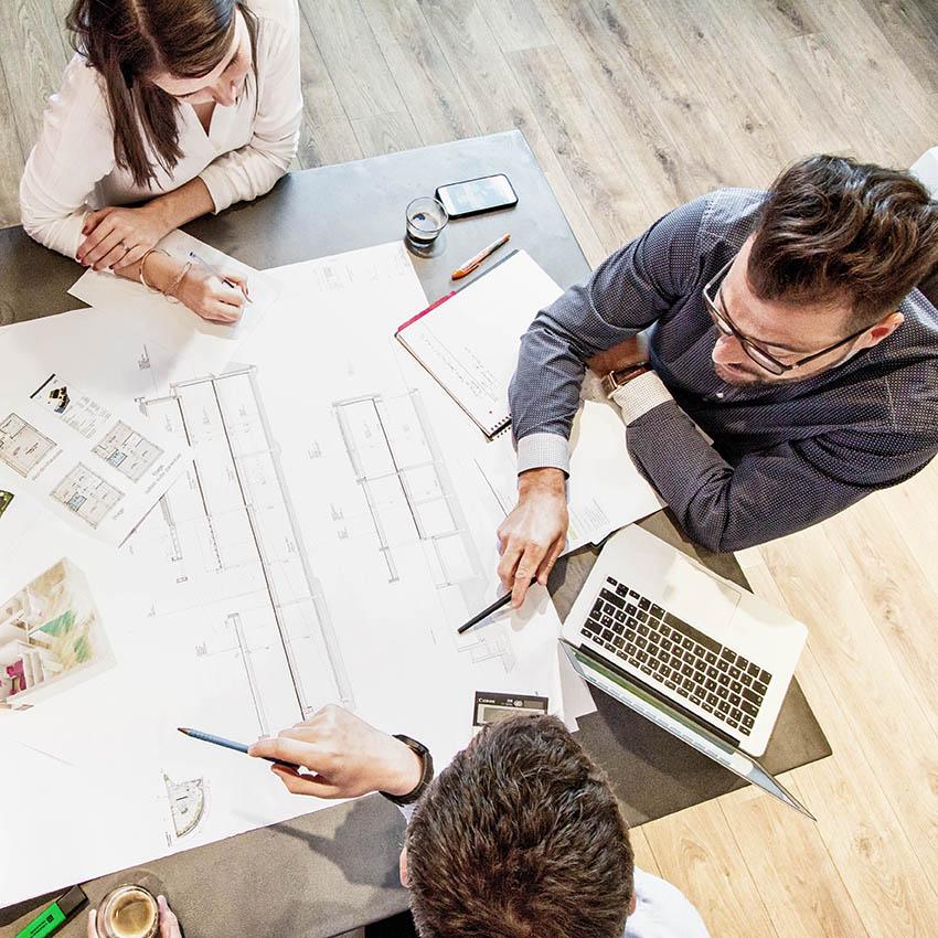 Photographie d'une mise en scène entre collaborateurs pour un reportage d'entreprise