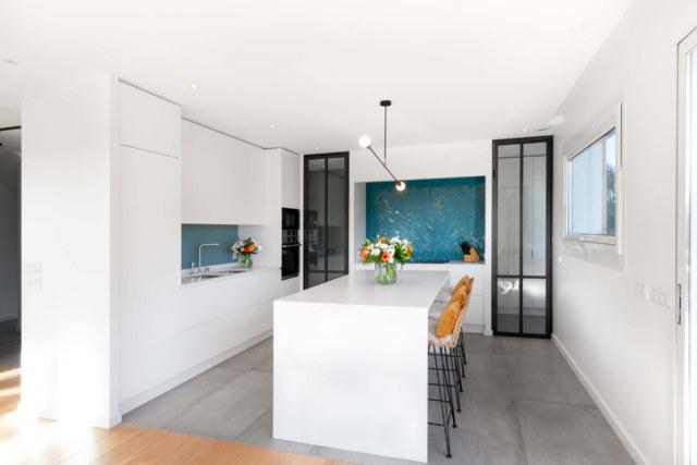 Photographie d'architecture et immobilière d'une cuisine avec une ambiance moderne et lumineuse