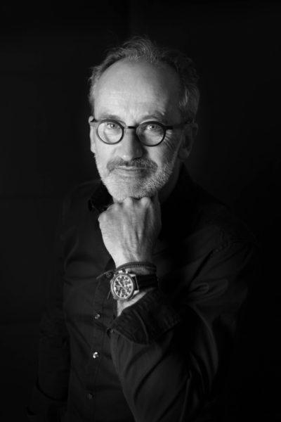Photo portrait corporate d'un homme en studio avec un fond noir