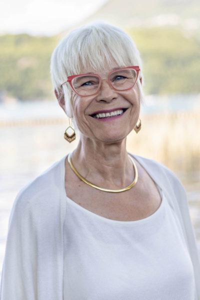 Photo portrait corporate d'une femme en extérieur