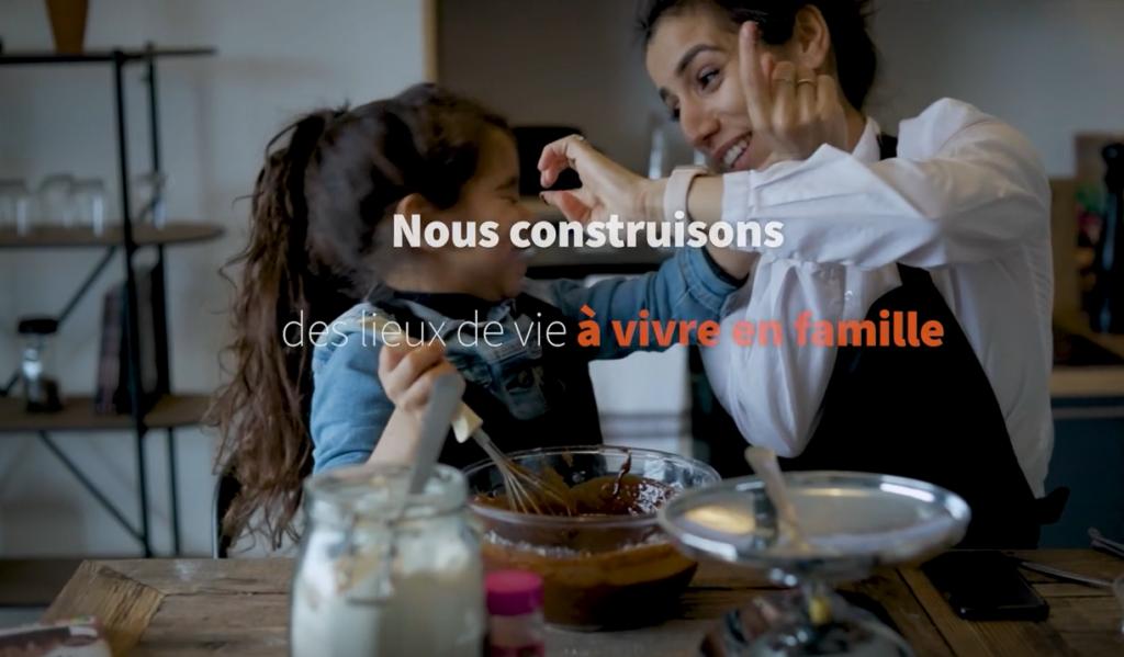 Vidéo d'une mère et de sa fille qui cuisinent en s'amusant